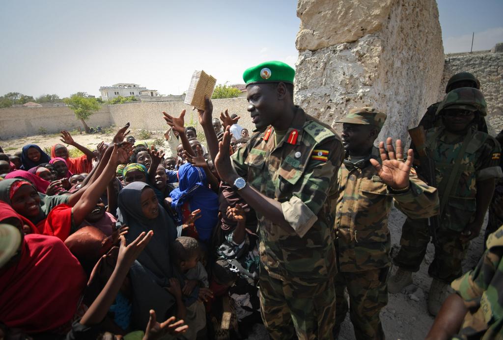 Oberst Abu Maasub verteilt die Reisewarnung an seine Landsleute