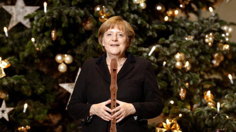 Im Rahmen der Übergabe von drei Weihnachtsbäumen für das Kanzleramt steht Bundeskanzlerin Angela Merkel (CDU) am 29.11.2012 im Bundeskanzleramt in Berlin. Im Hintergrund steht eine ca 8 Meter hohe Nordmanntanne aus Frankenthal (Pfalz) gestiftet von Hans Hartenstein vom Technischen Hilfswerk Ortsverband Frankenthal/Pfalz. Foto: Rainer Jensen/dpa  +++(c) dpa - Bildfunk+++